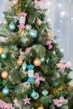 Jouets de Noël sur un arbre de Noël Photos stock