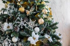 Jouets de Noël sur un arbre de Noël Photographie stock