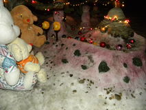 Jouets de peluche dans la neige Photographie stock