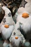 Jouets de peluche de nains de Noël sous l'arbre de Noël Image stock
