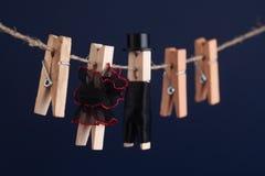 Jouets de pince à linge de jeunes mariés, corde à linge Femme abstraite chez l'homme noir rouge de robe de flamenco avec le chape Photos libres de droits