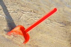 Jouets de plage dans le sable Photographie stock libre de droits