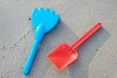 Jouets de plage dans le sable Photographie stock