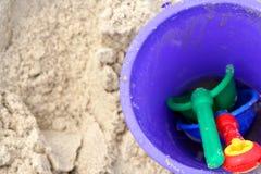 Jouets de plage dans le sable Photos libres de droits