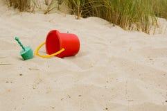 Jouets de plage sablonneuse image stock