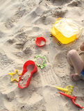 Jouets de plage sur le sable Photo stock