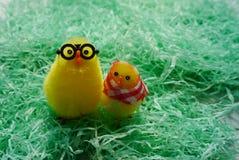 Jouets de poulet se tenant sur l'herbe Photos libres de droits