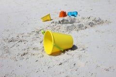 Jouets de sable en plage Image libre de droits