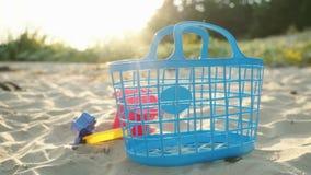 Jouets de sable sur une plage au soleil banque de vidéos