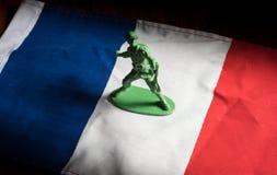 Jouets de soldats sur le drapeau de Frances Images stock