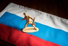 Jouets de soldats sur le drapeau national de la Russie Images libres de droits