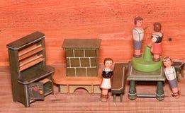 Jouets de vintage pour des filles Rétros jouets en bois Placard de jouet et cheminée de jouet Simulacre en bois des personnes Image libre de droits