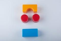 Jouets du ` s d'enfant Différents blocs de plastique de couleur sur le blanc Photos libres de droits
