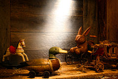 Jouets en bois d'antiquité et de cru dans le vieux grenier de Chambre Photo libre de droits