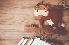 jouets en bois fabriqués à la main - mobile en bois de vache Photos stock