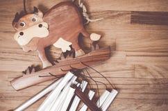 jouets en bois fabriqués à la main - mobile en bois de vache Image libre de droits