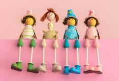 Jouets en bois se reposants, poupées de bébé de couleur de cadeau Photos libres de droits