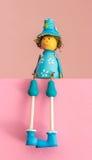 Jouets en bois se reposants, poupées de bébé de couleur de cadeau Photographie stock libre de droits