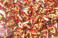 Jouets en bois sur un support du marché Image libre de droits
