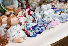Jouets en céramique sur le marché de ville Image libre de droits