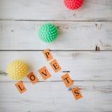 Jouets en caoutchouc colorés de boule pour des animaux familiers Photographie stock