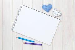 Jouets en forme de coeur de jour de papier blanc, de crayons et de valentines sur Image stock