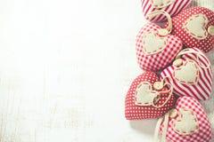 Jouets en forme de coeur sur le fond en bois Photo stock