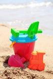 Jouets en plastique colorés à la plage Photographie stock libre de droits
