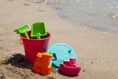 Jouets en plastique colorés de plage Photographie stock libre de droits