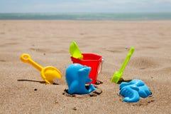 Jouets en plastique colorés de plage Photographie stock