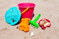 Jouets en plastique colorés de plage Photo libre de droits