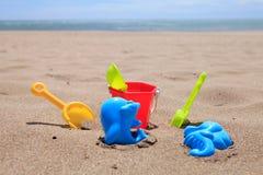 Jouets en plastique colorés de plage Image libre de droits