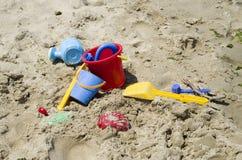 Jouets en plastique colorés du ` s d'enfants sur la plage Images libres de droits