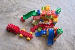 Jouets en plastique color?s pour que les enfants cr?ent un parc d'attractions image stock