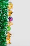 Jouets en verre et en plastique de Noël et guirlande lumineuse de tresse verte d'isolement sur le fond blanc photos stock