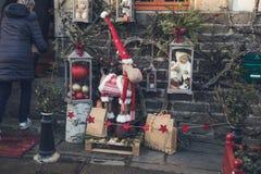 Jouets et cerfs communs de Noël au marché photographie stock