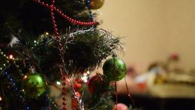 Jouets et ornements de Noël sur l'arbre de Noël banque de vidéos