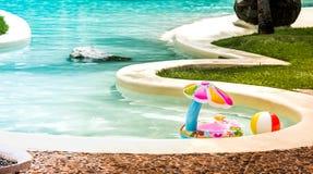 Jouets gonflables pour le bébé dans la piscine Images libres de droits