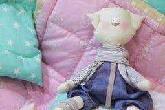 Jouets, oreillers et couvertures pour la crèche Images stock