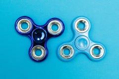Jouets populaires de fileur de personne remuante sur le fond bleu images libres de droits