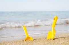 Jouets pour enfants sur une plage de mer Image stock