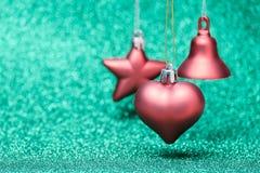 Jouets rouges de Noël sur le fond de scintillement Photographie stock