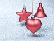 Jouets rouges de Noël sur le fond de scintillement Image libre de droits