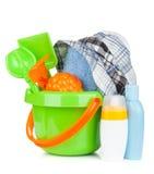 Jouets, serviette et bouteilles de bébé de plage Image stock