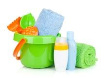Jouets, serviettes et bouteilles de bébé de plage Images stock