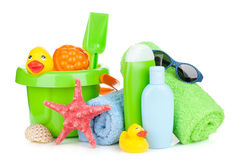 Jouets, serviettes et bouteilles de bébé de plage Photos stock