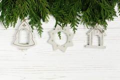 Jouets simples de Noël sur les branches d'arbre vertes sur le blanc élégant RU Photographie stock libre de droits