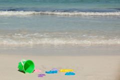 Jouets sur la plage Photo stock