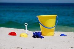 Jouets sur une plage images libres de droits