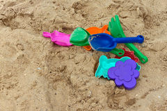 Jouets Varicolored sur le sable Photo libre de droits